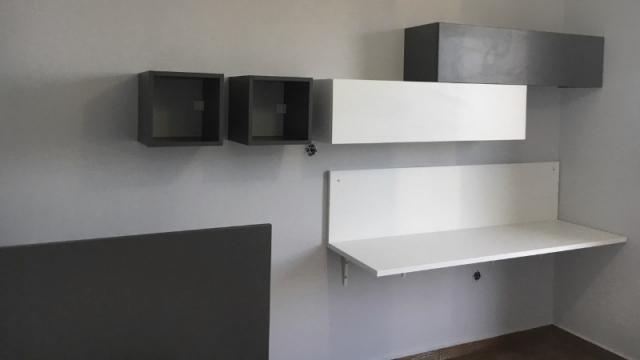 εφηβικό γραφείο με ράφια και ντουλάπια