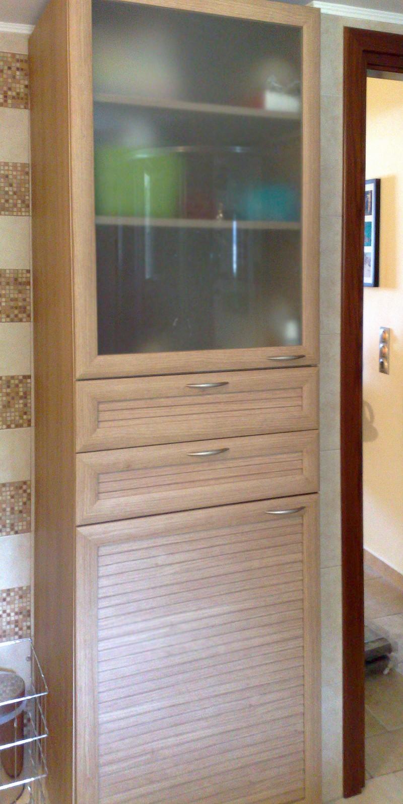ντουλάπα για μπάνιο με συρτάρια και θήκη για πλυντήριο