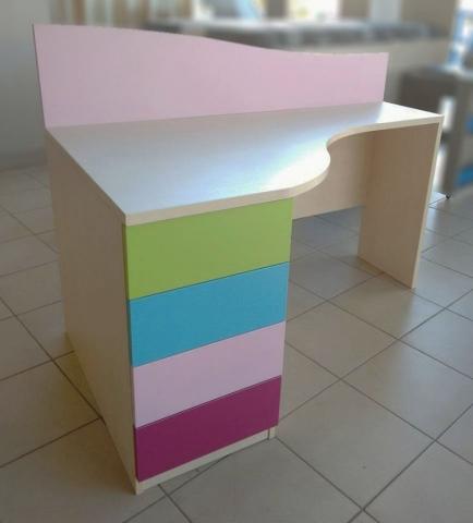 πολύχρωμο παιδικό γραφείο