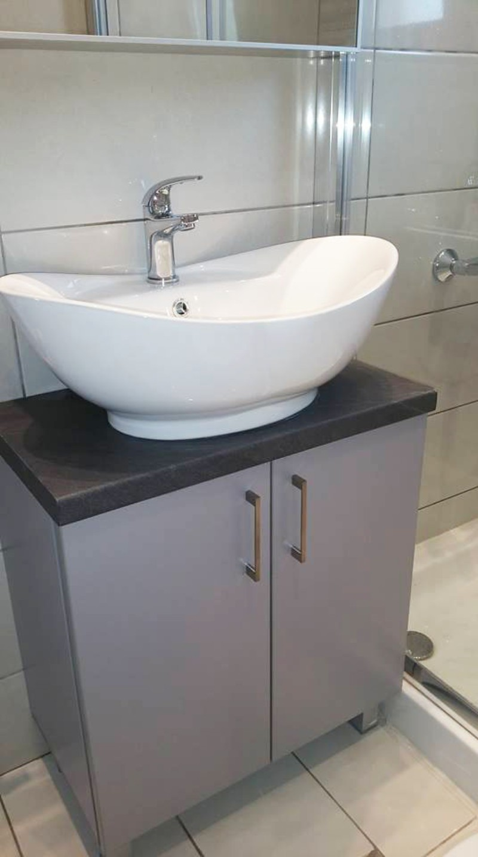 έπιπλο μπάνιου ντουλάπια ανοιγόμενα