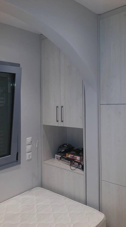 εντοιχιζόμενη δίφυλλη ανοιγόμενη ντουλάπα ανοιχτό καφέ με ράφι