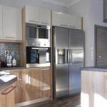 κουζίνα ράφια και ντουλάπια μελαμίνης ανοιχτό καφέ και μολυβί με πάγκο και στάντ