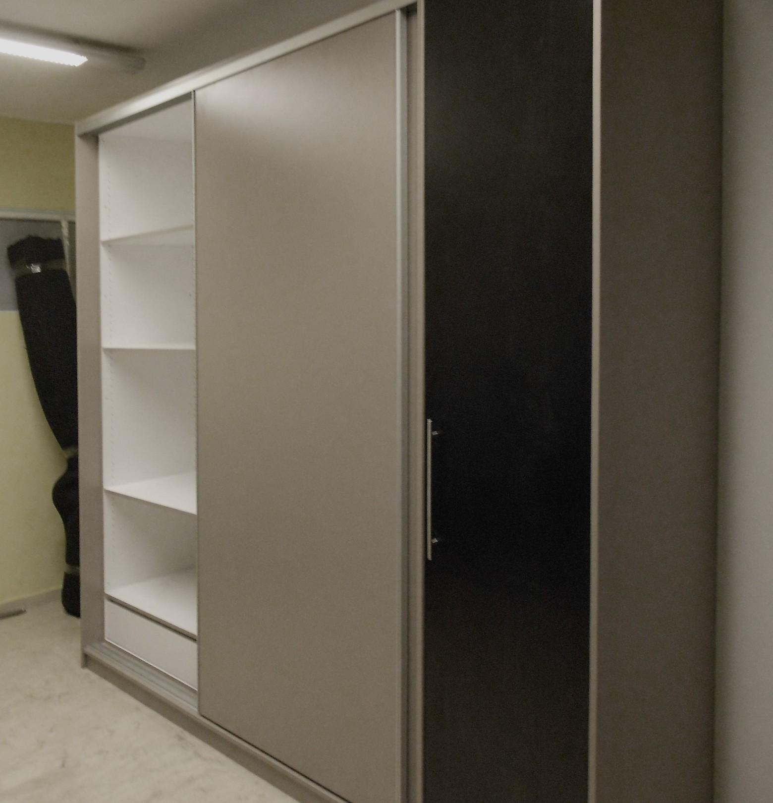 δίφυλλη συρόμενη ντουλάπα μελαμίνης στο χρώμα του ξύλου και μονόφυλλη ανοιγόμενη ντουλάπα
