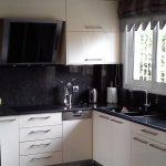 κουζίνα ράφια και ντουλάπια μελαμίνης άσπρη με πάγκο και στάντ