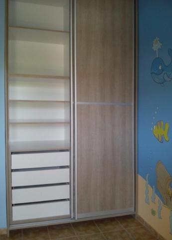 δίφυλλη συρόμενη ντουλάπα με μεταλλικές λεπτομέριες