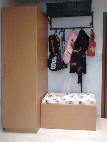 έπιπλο εισόδου ντουλάπα σκαμπό και κρεμάστρα