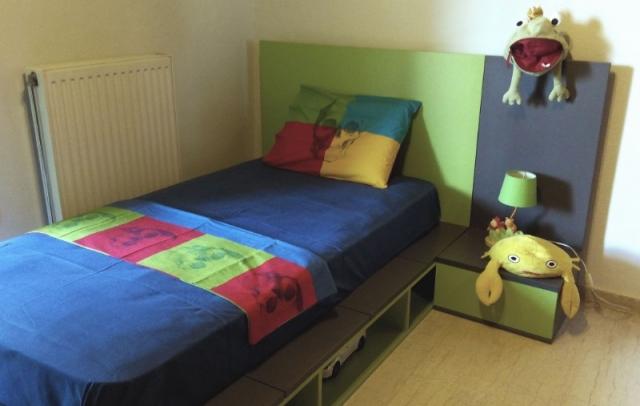 παιδικό κρεβάτι με θήκες και κομοδίνο λαχανί γκρί
