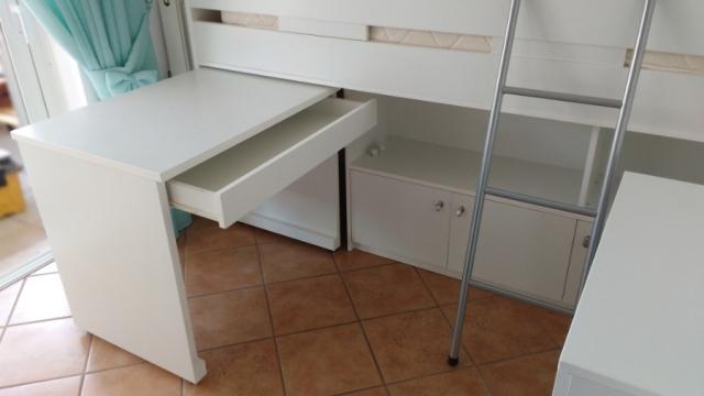 υπερυψωμένο κρεβάτι με χώρους αποθήκευσης και γραφείο