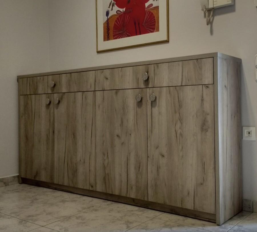 έπιπλο εισόδου σταθερό με συρτάρια και ντουλάπια στο χρώμα του ξύλου με φυσικά νερά