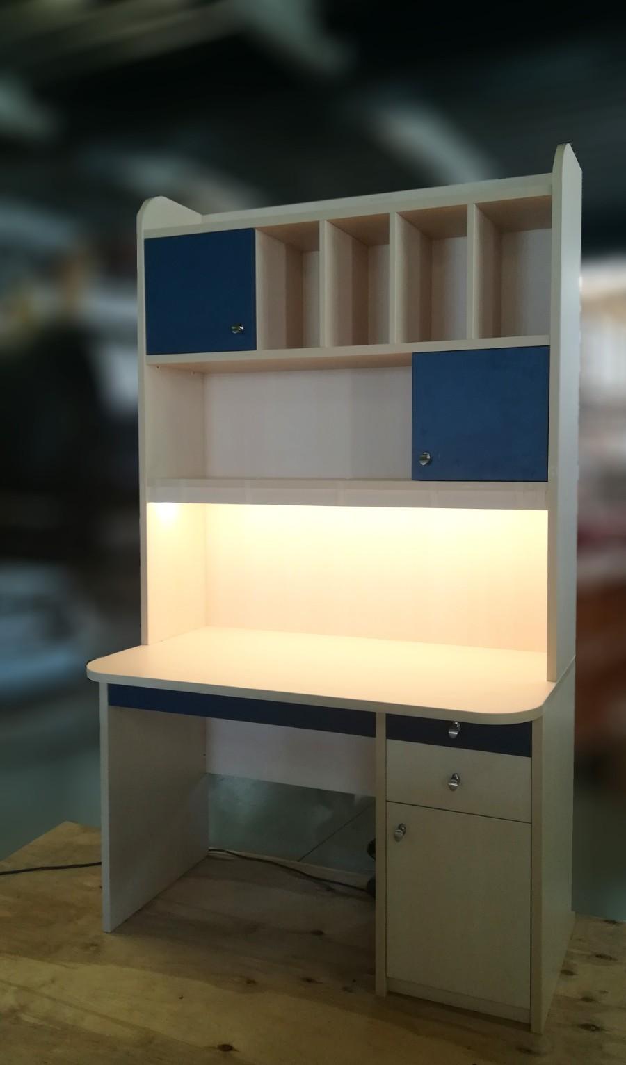 παιδικό γραφείο με βιβλιοθήκη και κρυφό φωτισμό