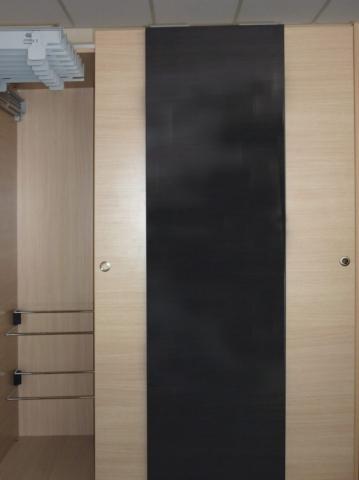 τρίφυλλη συρόμενη ντουλάπα δίχρωμη μαύρη και χρώμα του ξύλου