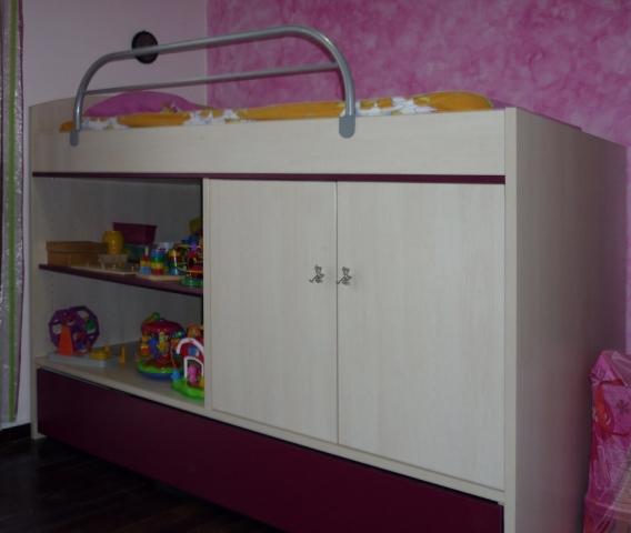 υπερυψωμένο κρεβάτι με χώρους αποθήκευσης ράφια και ντουλάπια