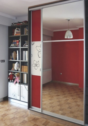 δίφυλλη συρόμενη ντουλάπα μελαμίνης με ένα φύλλο καθρέπτη και ένα κόκκινο με στάμπα λουλούδια