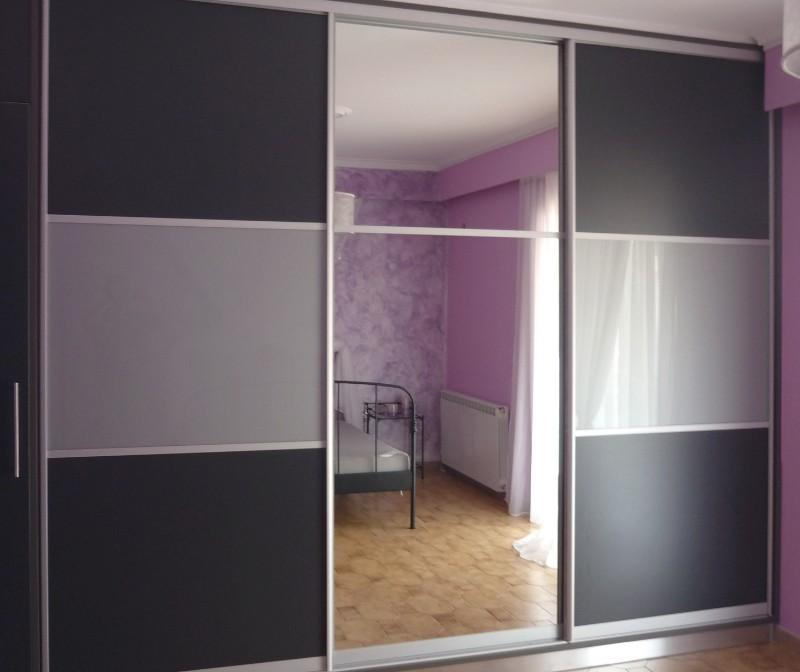 τρίφυλλη συρόμενη ντουλάπα μελαμίνης με ένα φύλλο καθρέπτη και δύο δίχρψμα ασημί γκρί σκούρο