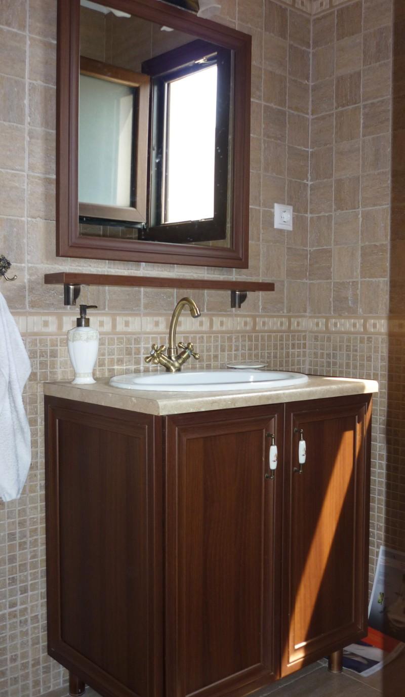 πάγκος νιπτήρας μπάνιου σέτ με ράφι και καθρέπτη στο χρώμα του ξύλου σκούρο