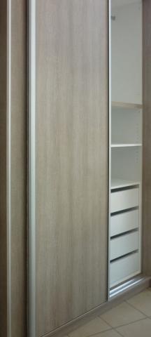 δίφυλλη συρόμενη ντουλάπα στο χρώμα του ξύλου