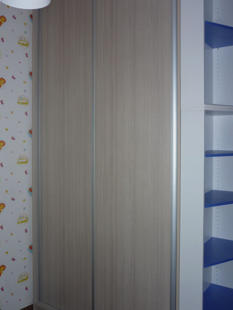 δίφυλλη συρόμενη ντουλάπα μελαμίνης στο χρώμα του ξύλου