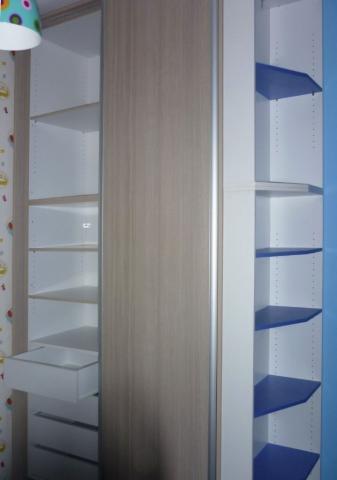 δίφυλλη συρόμενη ντουλάπα μελαμίνης στο χρώμα του ξύλου με ενσωματωμένη ραφιέρα