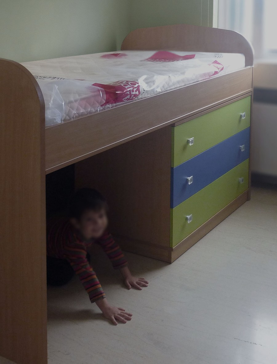 παιδικό κρεβάτι υπερυψωμένο με συρταριέρα