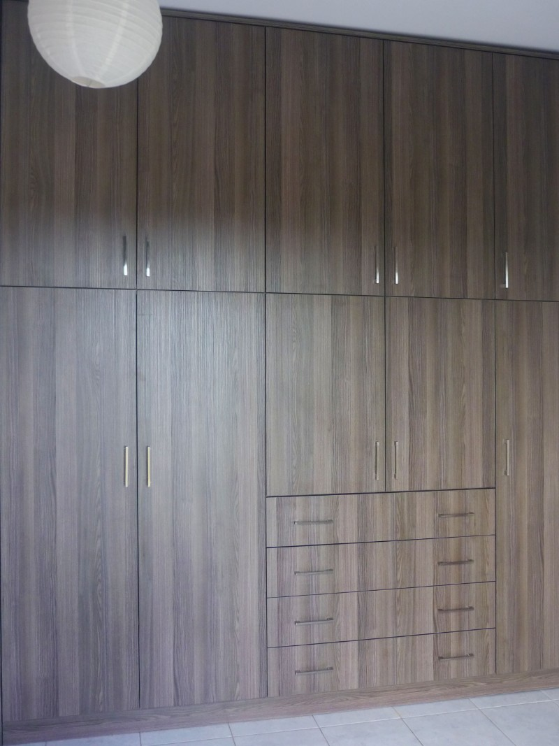 πεντάφυλλη ανοιγόμενη ντουλάπα μελαμίνης με ενσωματωμένη συρταριέρα