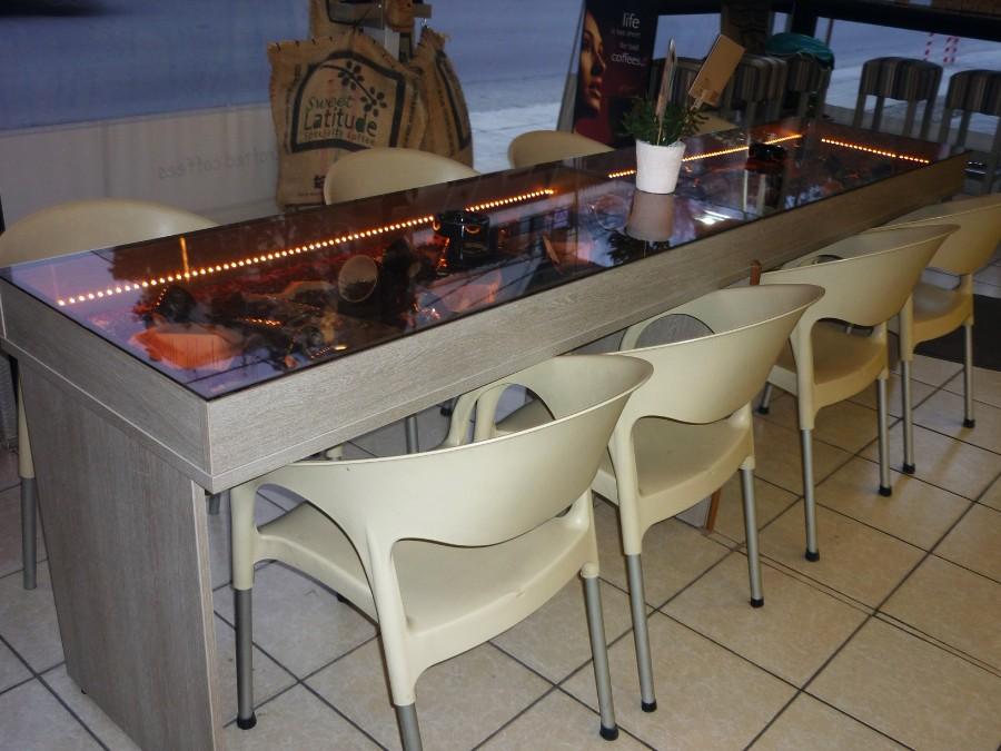 ξύλινο τραπέζι με γυάλινη επένδυση για χώρους εστίασης