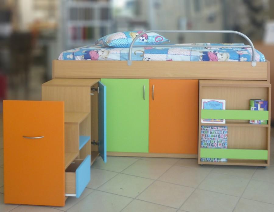 υπερυψωμένο παιδικό κρεβατάκι με ντουλάπια και ράφια πορτοκαλί πράσινο