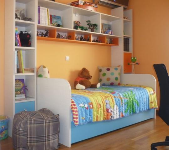 παιδικό κρεβάτι και βιβλιοθήκη