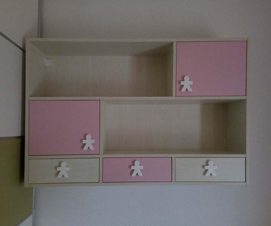 παιδική ρόζ βιβλιοθήκη με χερούλια ξύλινα ανθρωπάκια