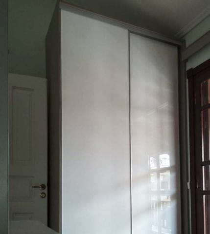 συρόμενη ντουλάπα δίφυλλη με γυαλιστερή επίστρωση