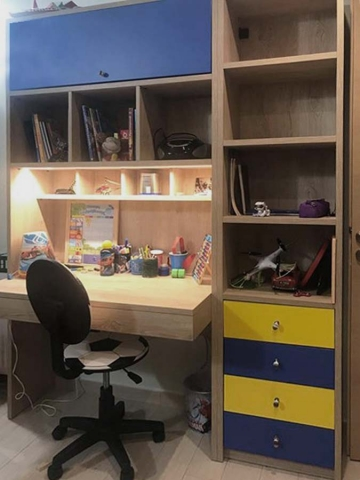σύνθετο παιδικό γραφείο για αγόρι στο χρώμα του ξύλου με κίτρινα και μπλέ συρτάρια