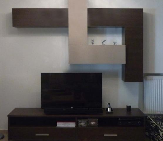 έπιπλο τηλεόρασης με ανοιγόμενα ντουλάπια
