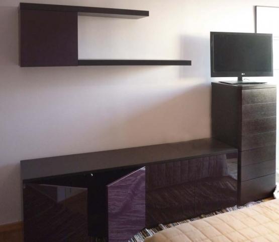 βουργουνδί έπιπλο τηλεόρασης με συρταρίερα και ράφι
