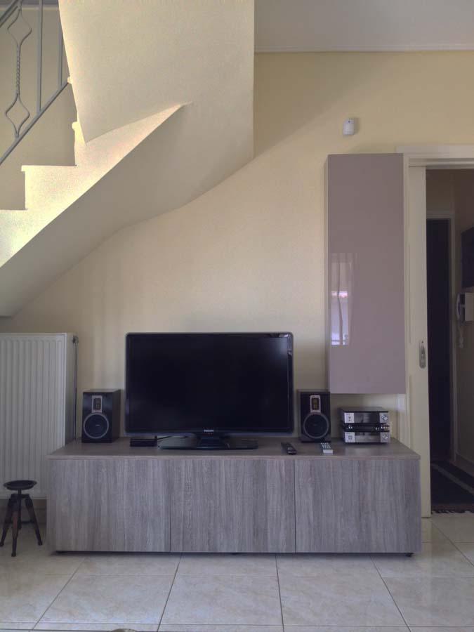 μονοκόμματο έπιπλο για τηλεόραση με τρία ντουλάπια μεγάλο σε φυσικό χρώμα ξύλου με νερά