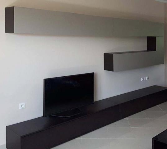 έπιπλο τηλεόρασης σε συνδοιασμό με δύο ορθογώνια κρεμαστά ντουλάπια