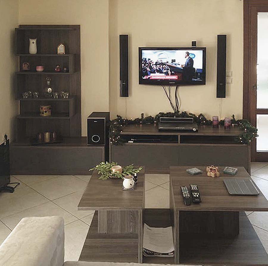 σύνθετο έπιπλο τηλεόρασης με ράφια για διακόσμηση