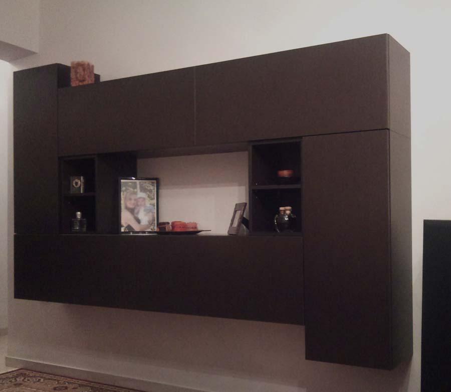 ξύλινη ραφιέρα για το καθιστικό με ντουλάπια με μηχανισμό πίεσης