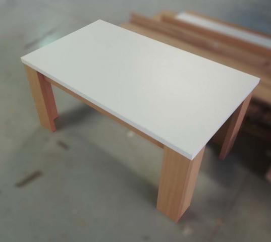 τραπεζαρία σαλονιού με χοντρά ξύλινα πόδια και λευκό πάγκο