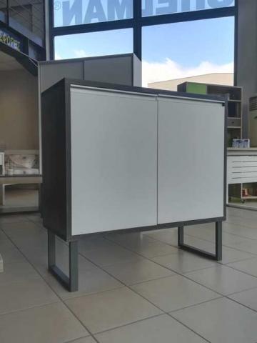 έπιπλο τηλεόρασης με δυο ανοιγόμενα ντουλάπια με μηχανισμό πίεσης και πόδια αλουμινίου