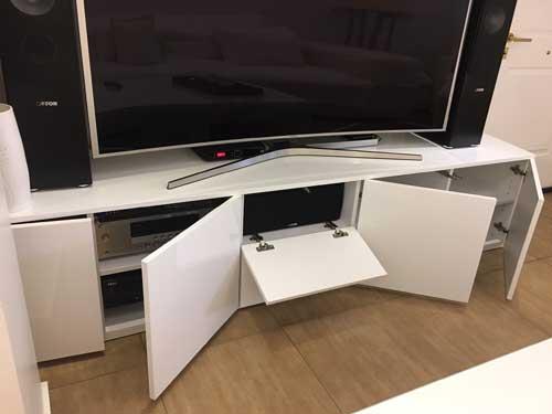 χαμηλό έπιπλο τηλεόρασης χωρίς πόδια λευκό με ντουλάπια που ανοίγουν με πίεση