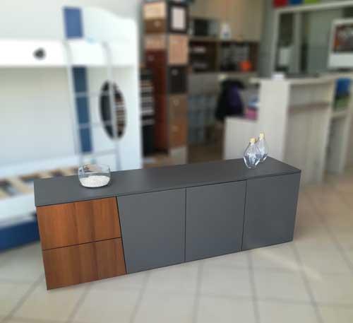 μοντέρνο έπιπλο τηλεόρασης χαμηλό χώρις πόδια σε βιομηχανικό γκρί και σκουρο καφε του ξ΄υλου