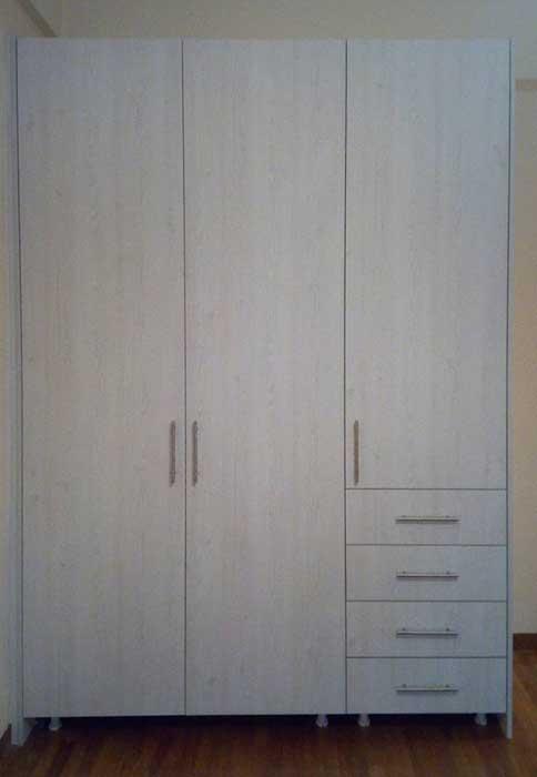 ντουλάπα ανοιγομένη μελαμίνης σε ανοιχτό χρωματισμό ξύλου με συρτάρια και κλειδαριά