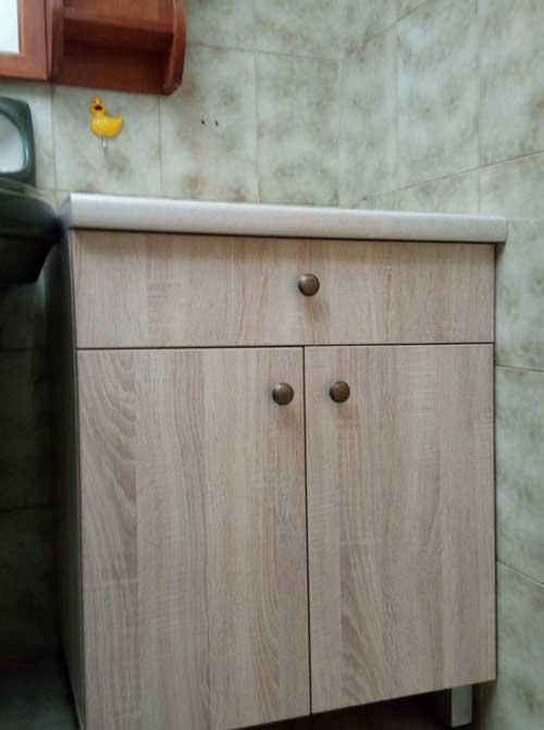 ντουλάπι μπάνιου σε ανοιχτό χρώμα ξύλου με μάρμαρο λευκό για πάγκο