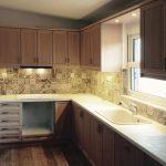 κουζίνα ράφια και ντουλάπια μελαμίνης ανοιχτό καφέ και άσπρο