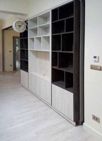 τρίφυλλη βιβλιοθήκη με χώρο για τηλεόραση στο κέντρο σε ανοιχτό μπέζ του ξύλου με σκούρο καφέ