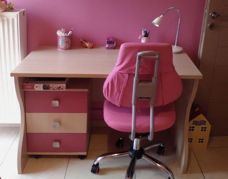 παιδικό γραφείο και συρταριέρα με ροδάκια