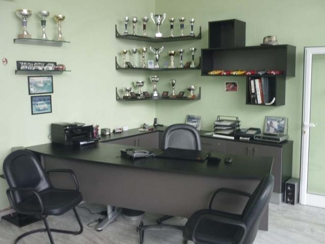 μαύρο έπιπλο γραφείου με ντουλάπια και ράφια
