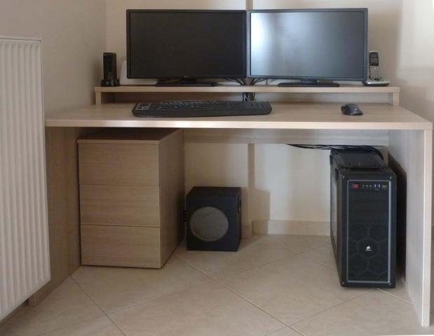 γραφείο με υπερυψωμένη θέση για οθόνη