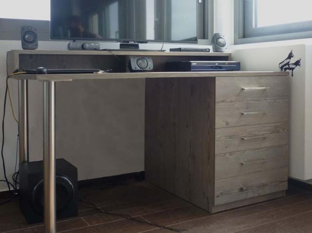 έπιπλο για γραφείο με υπερυψωμένη θέση και ενσωματωμένα συρτάρια