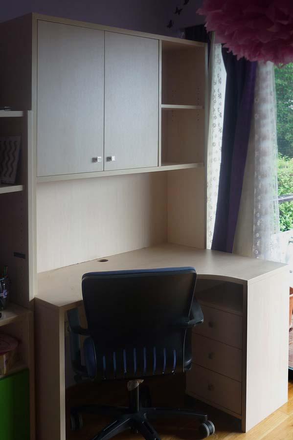 γωνιακό σύνθετο γραφείο με ντουλάπια και ράφια ενσωματωμένα