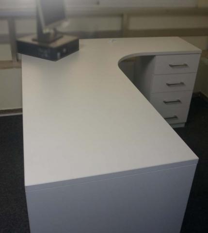 λευκό γωνιακό γραφείο με συρτάριερα
